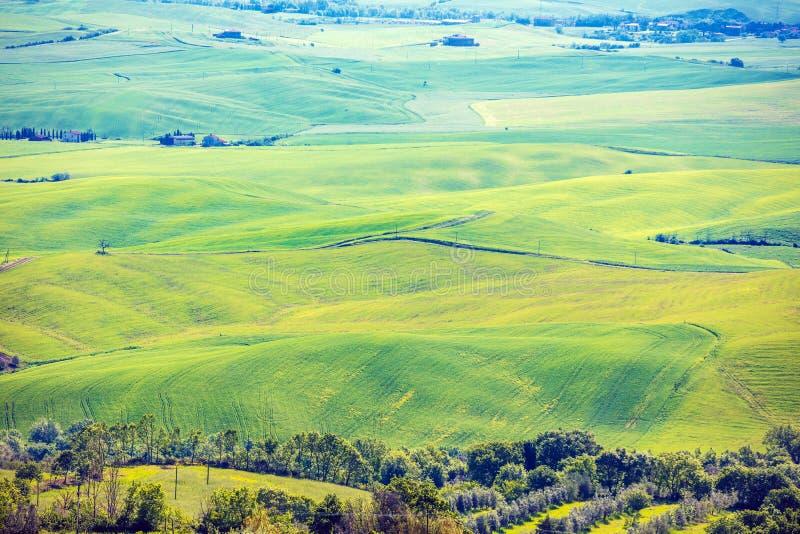 Vista aérea de campos soleados en Rolling Hills en Toscana, Italia imagen de archivo libre de regalías