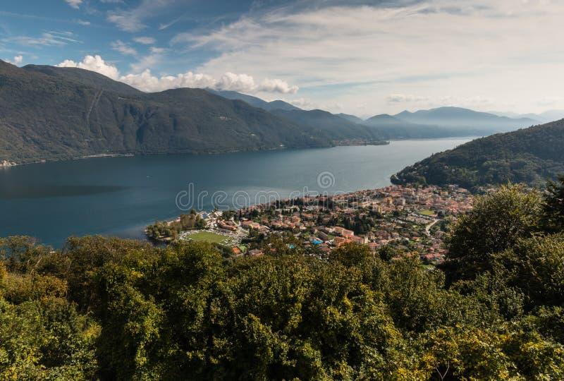 Vista aérea de Cannobio y del lago Maggiore foto de archivo