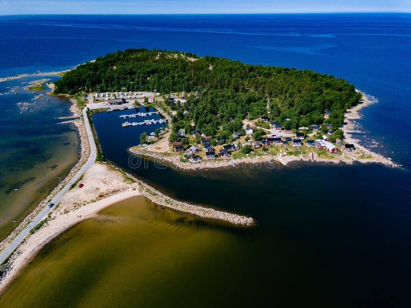 Vista aérea de casas de madeira vermelhas na costa do lago ou de mar fotos de stock