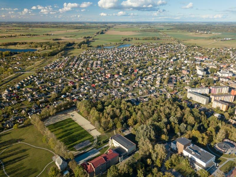 Vista aérea de casas surburban en Joniskis, Lituania Puesta del sol del otoño fotos de archivo