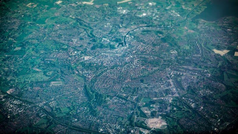 Vista aérea de casas y de caminos famosos de la ciudad de Amsterdam de la ventana del aeroplano imágenes de archivo libres de regalías