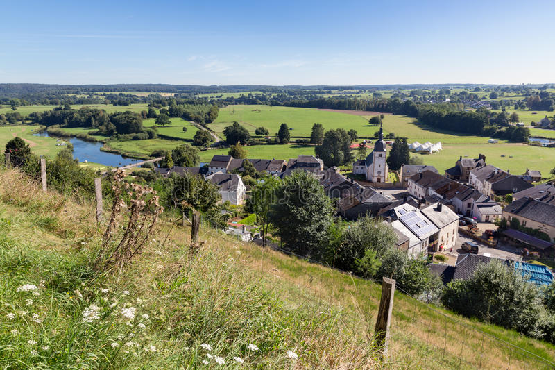 Vista aérea de Chassepierre, pueblo pintoresco en belga Ardenas imagen de archivo