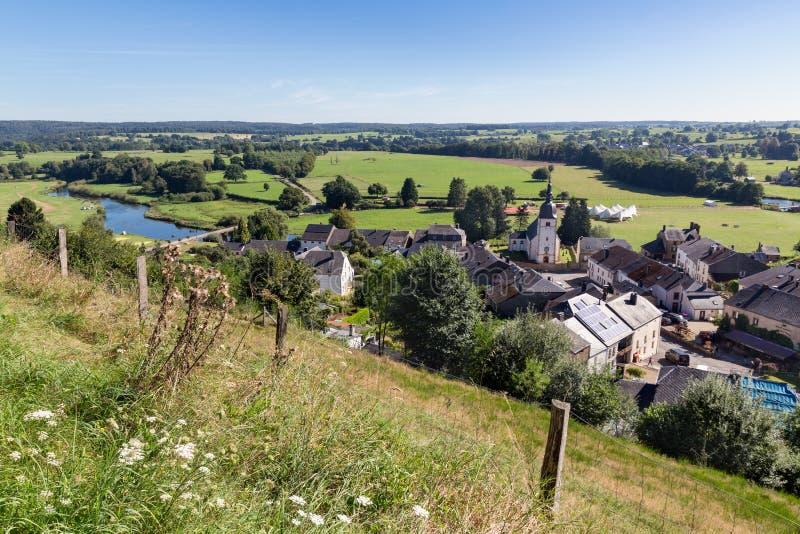 Vista aérea de Chassepierre, vila pitoresca no belga Ardennes imagem de stock
