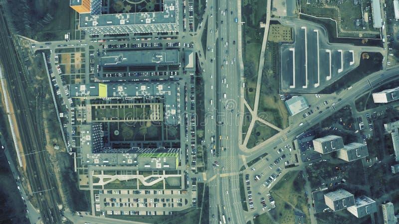 Vista aérea de cima para baixo de um movimentado tráfego urbano e de uma zona residencial moderna imagens de stock royalty free