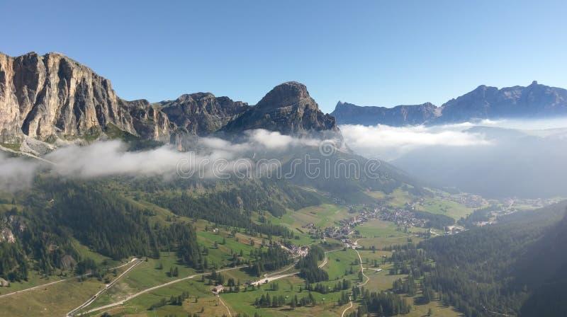 Vista aérea de Colfosco através de Ferratta Tridentina, dolomites, Itália fotos de stock royalty free