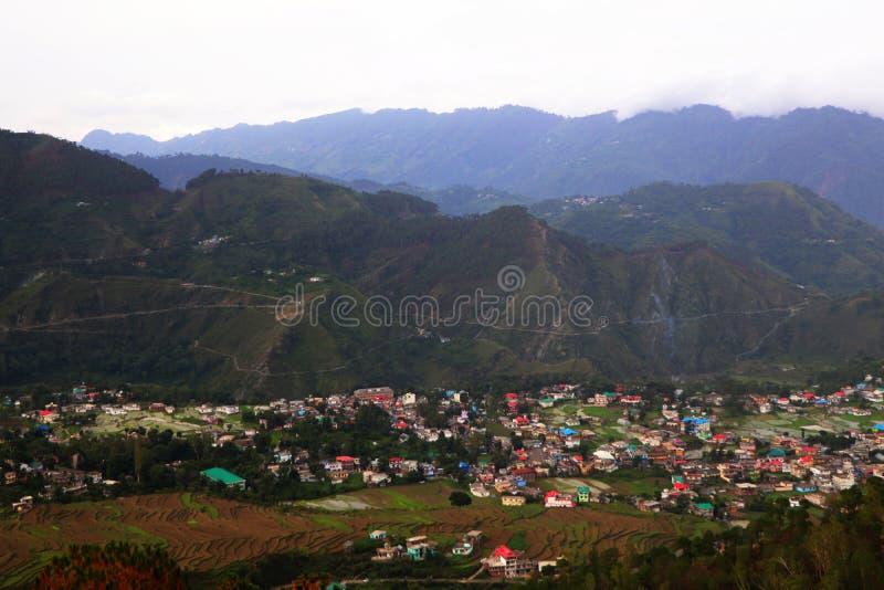 Vista aérea de colinas verdes del pueblo en himachal rodeado por el bosque y el campo imagen de archivo