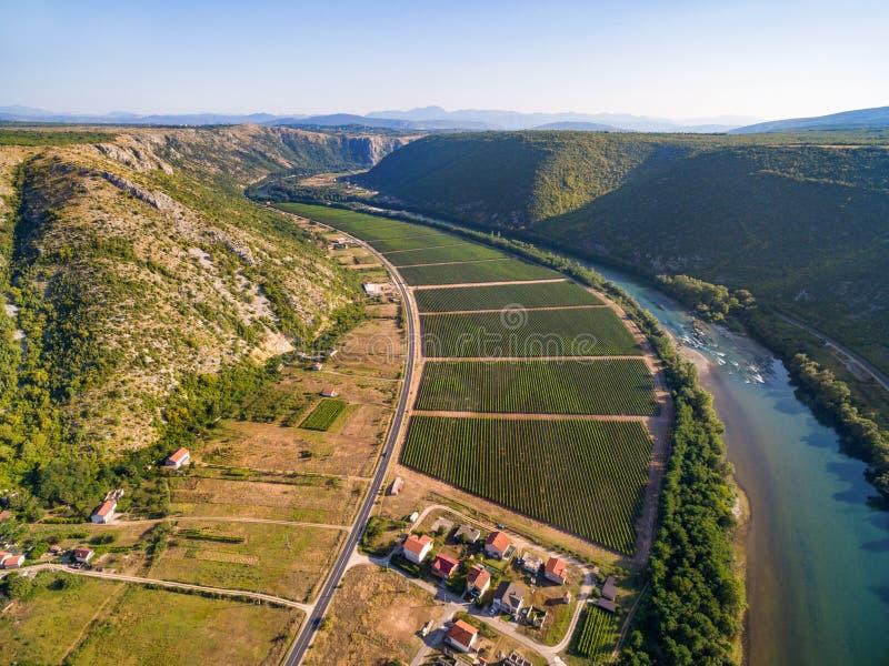 Vista aérea de colinas y de la plantación al lado del río de Neretva en Bosnia y Herzegovina fotografía de archivo libre de regalías