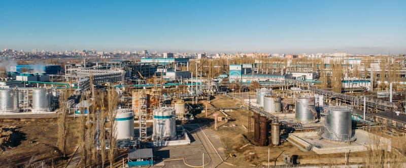 Vista aérea de construções industriais da fábrica ou da planta com os tanques e as tubulações de aço da construção do armazenamen imagens de stock royalty free