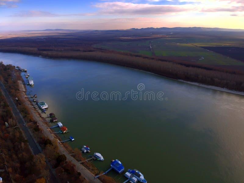 Vista aérea de Danube River perto da cidade Romênia de Braila e de montanhas de Macin no fundo imagem de stock royalty free