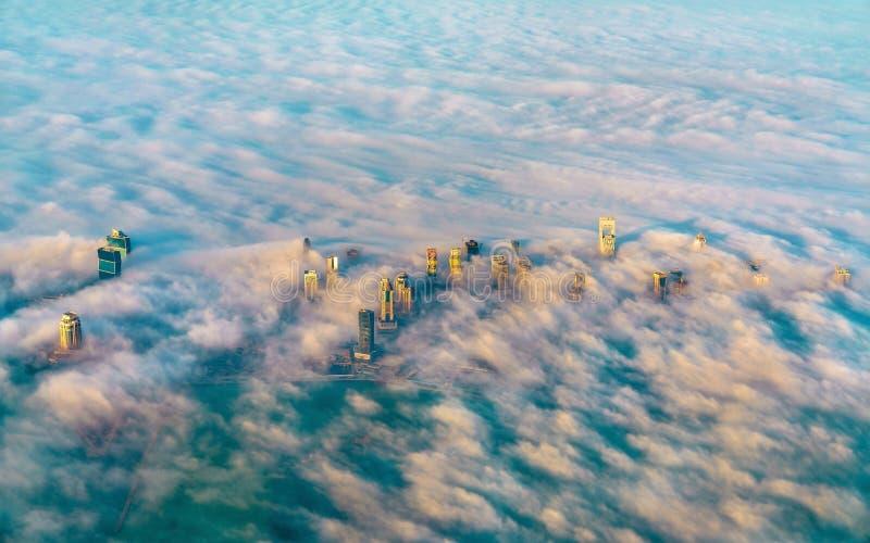 Vista aérea de Doha através da névoa da manhã - Catar, o Golfo Pérsico fotografia de stock royalty free