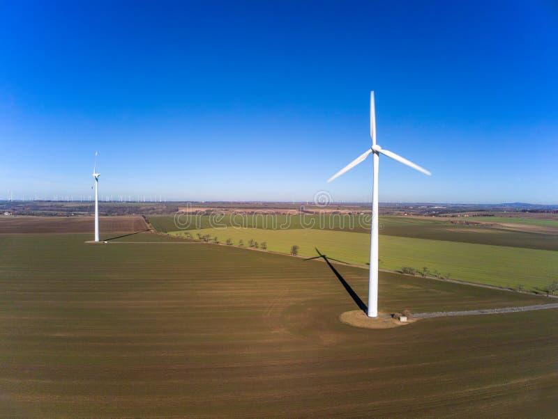 Vista aérea de dos turbinas de viento en un campo imagen de archivo libre de regalías