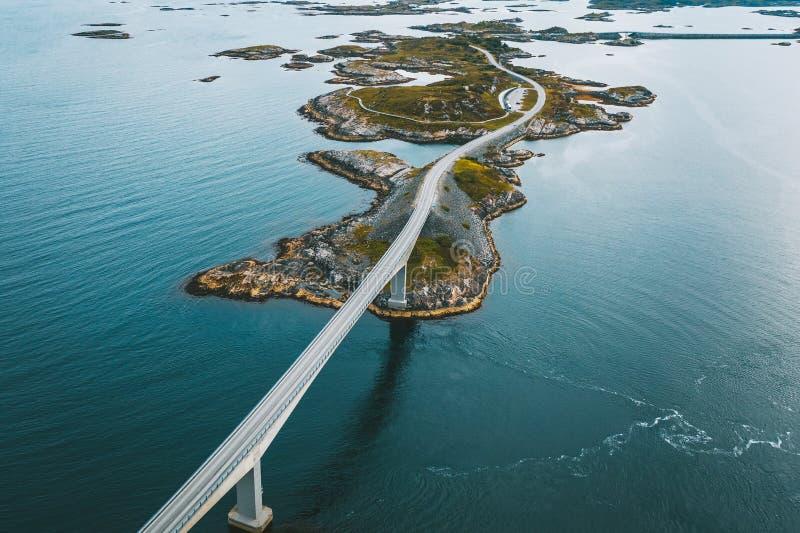 Vista aérea de drones da Atlantic Ocean Road, Noruega foto de stock royalty free
