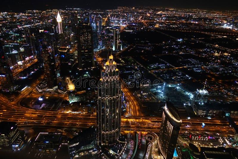 Vista aérea de Dubai por la noche, lugar famoso a visitar en el Medio Oriente fotos de archivo