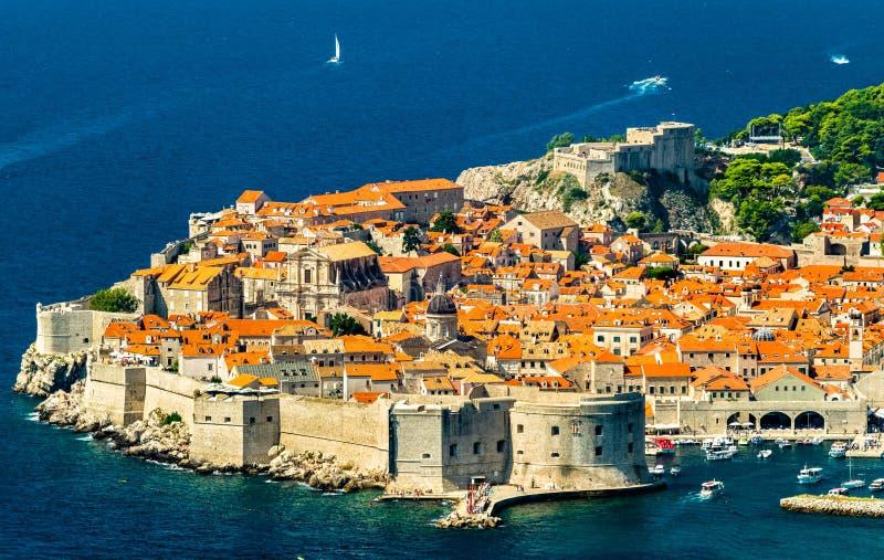 Vista aérea de Dubrovnik con el mar adriático en Croacia fotografía de archivo