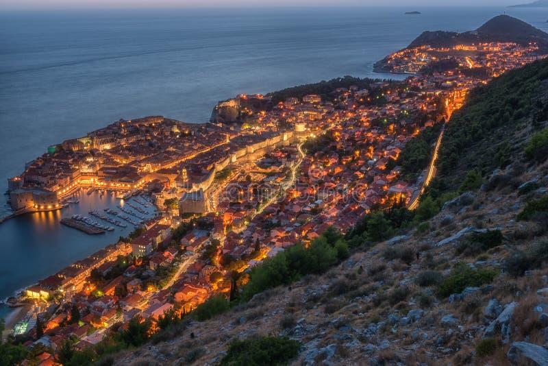 Vista aérea de Dubrovnik en la noche, paisaje urbano iluminado hermoso La ciudad histórica famosa y visitada de Croacia fotografía de archivo libre de regalías