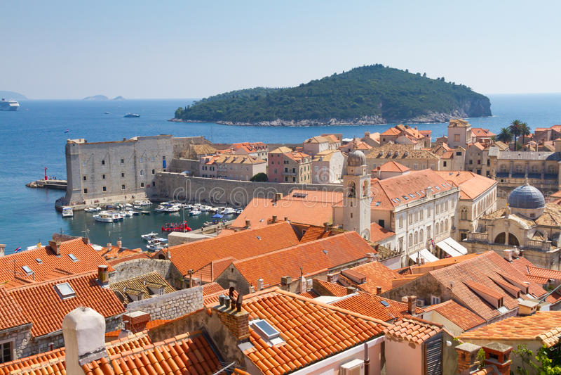 Vista aérea de Dubrovnik viejo con los tejados de teja roja imagen de archivo