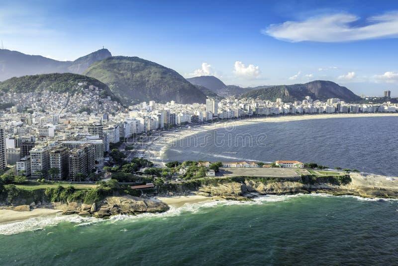 Vista aérea de edificios en la playa de Copacabana en Rio de Janeiro imagen de archivo