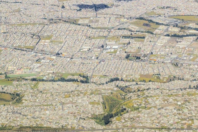 Vista aérea de exteriores de la ciudad de Quito en Ecuador imágenes de archivo libres de regalías