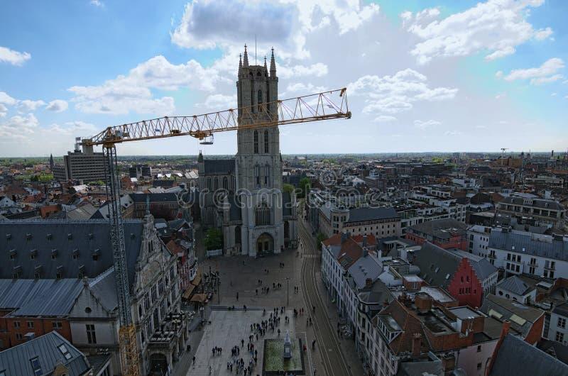 Vista aérea de Gante del campanario La reparación del trabajo con usar la grúa amarilla para levantar carga foto de archivo
