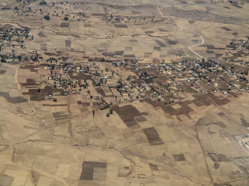 Vista aérea de granjas y de pueblos etíopes fotografía de archivo