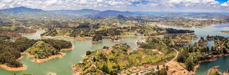 Vista aérea de Guatape, Penol, lago de la presa en Colombia fotos de archivo