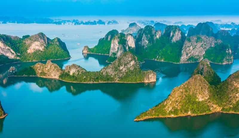 Vista aérea de Ha Long Bay, Vietnam imagenes de archivo