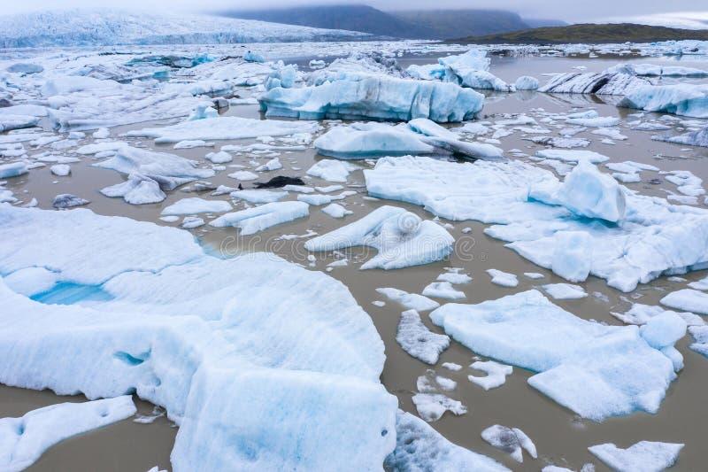 Vista aérea de iceberg de flutuação no lago da geleira de Fjallsarlon, Islândia fotos de stock