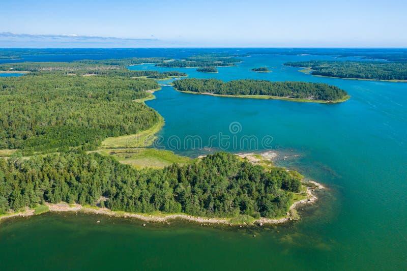 Vista aérea de ilhas de Aland em horas de verão finland O arquipélago Foto feita pelo zang?o de cima de Paisagem natural nórdica imagem de stock royalty free