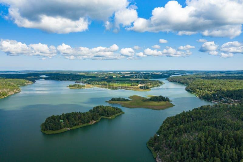 Vista aérea de ilhas de Aland em horas de verão finland O arquipélago Foto feita pelo zang?o de cima de Paisagem natural nórdica fotos de stock
