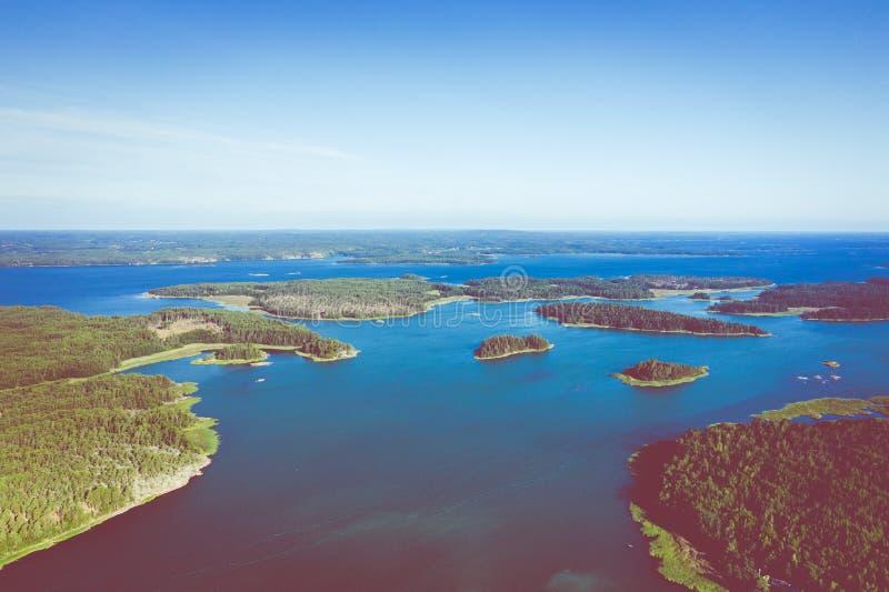 Vista aérea de ilhas de Aland em horas de verão finland O arquipélago Foto feita pelo zang?o de cima de Paisagem natural nórdica imagens de stock
