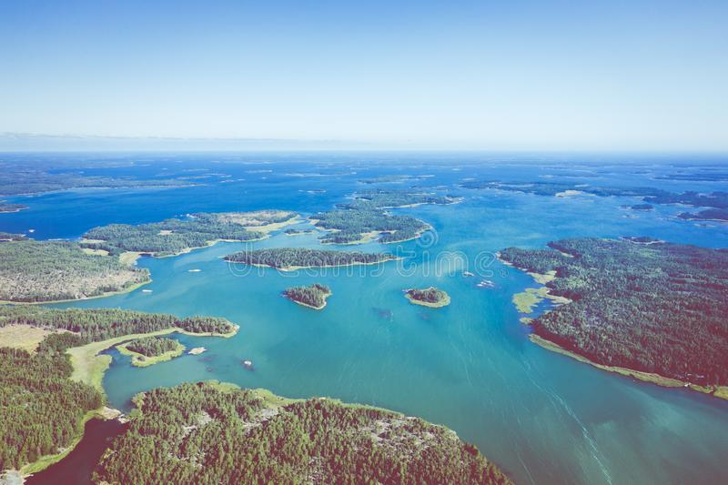 Vista aérea de ilhas de Aland em horas de verão finland O arquipélago Foto feita pelo zang?o de cima de Paisagem natural nórdica imagem de stock