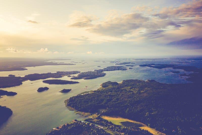Vista aérea de ilhas de Aland em horas de verão finland O arquipélago Foto feita pelo zang?o de cima de Paisagem natural nórdica fotos de stock royalty free