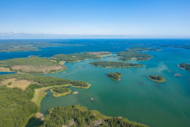 Vista aérea de ilhas de Aland em horas de verão finland O arquipélago Foto feita pelo zang?o de cima de Paisagem natural nórdica fotografia de stock royalty free