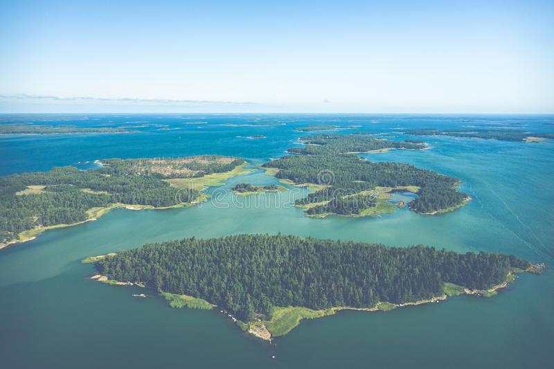 Vista aérea de ilhas de Aland em horas de verão finland O arquipélago Foto feita pelo zang?o de cima de Paisagem natural nórdica fotografia de stock
