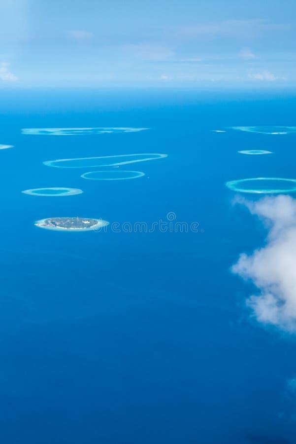 Vista aérea de ilhas dispersadas, maldives fotos de stock royalty free