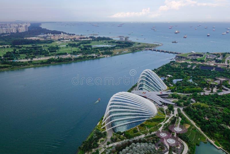 Vista aérea de jardines por la bahía en Singapur imagen de archivo