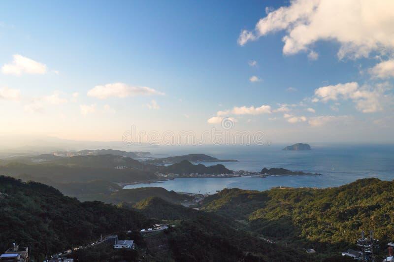Vista aérea de Jiufen em Taiwan com montanha, mar, céu e vila foto de stock royalty free