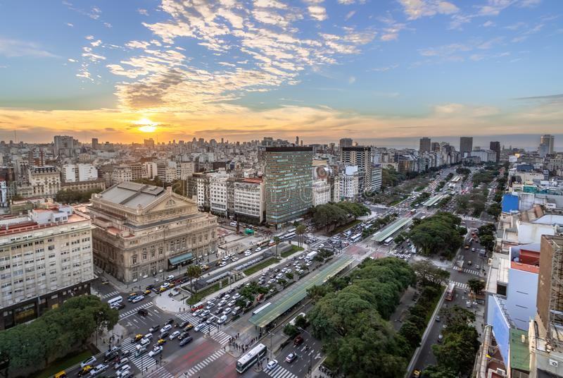 Vista aérea a 9 de Julio Avenue en la puesta del sol - Buenos Aires, la Argentina imágenes de archivo libres de regalías