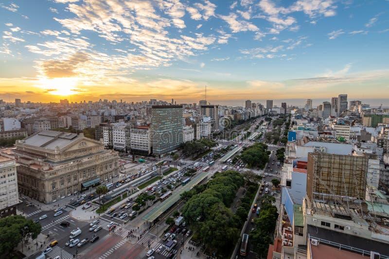 Vista aérea a 9 de Julio Avenue en la puesta del sol - Buenos Aires, la Argentina foto de archivo