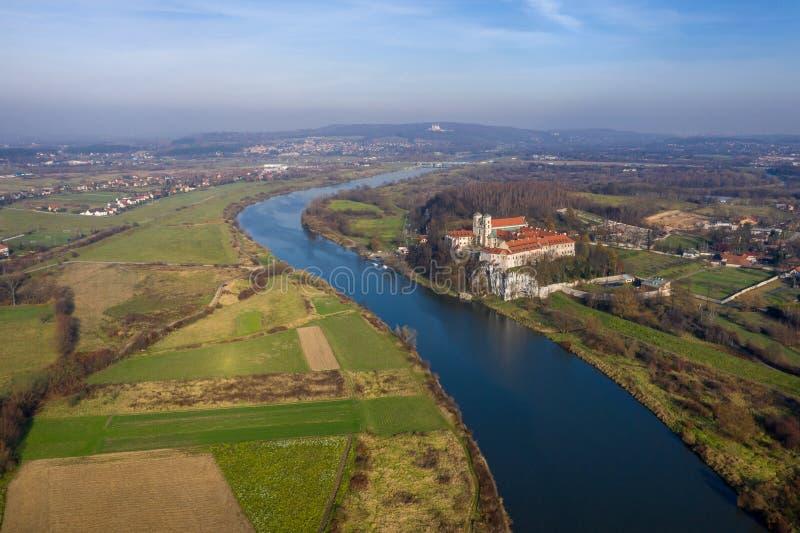 Vista aérea de la abadía benedictina de Tyniec, del río Vistula, de Cracovia y del soporte de plata con el monasterio del ermitañ imagen de archivo libre de regalías