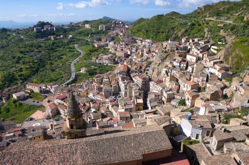 Vista aérea de la aldea y del campo italianos fotografía de archivo