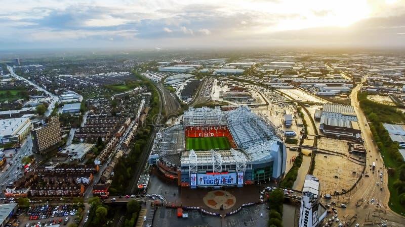 Vista aérea de la arena icónica Trafford viejo del estadio del Manchester United imagen de archivo libre de regalías