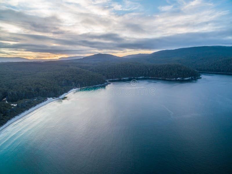 Vista aérea de la bahía de Fortescue, Tasmania imagen de archivo