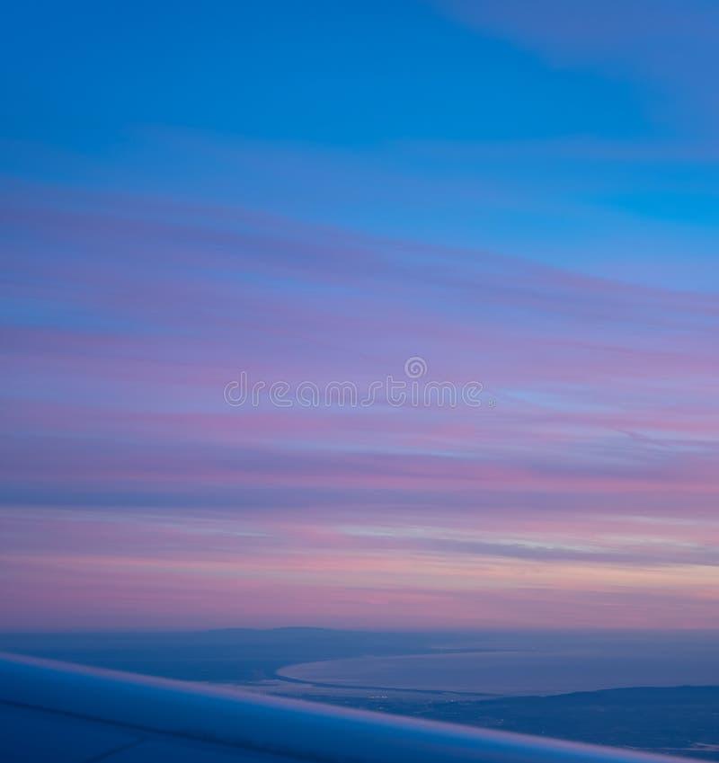 Vista aérea de la bahía del avión, puesta del sol púrpura hermosa de Comporta Troia fotografía de archivo