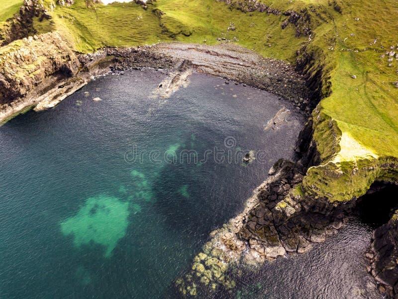 Vista aérea de la bahía del dinosaurio con la huella rara del dinosaurio del tracksite sauropod-dominado del nam de Rubha fotografía de archivo libre de regalías