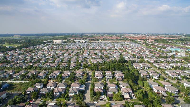 Vista aérea de la buena casa del ambiente en el buen desarrollo e real imagenes de archivo
