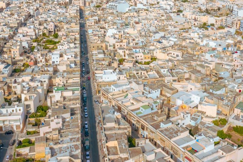 Vista aérea de la calle y de los edificios residenciales de los edificios de cintura baja densos en la ciudad, con una población  fotos de archivo libres de regalías