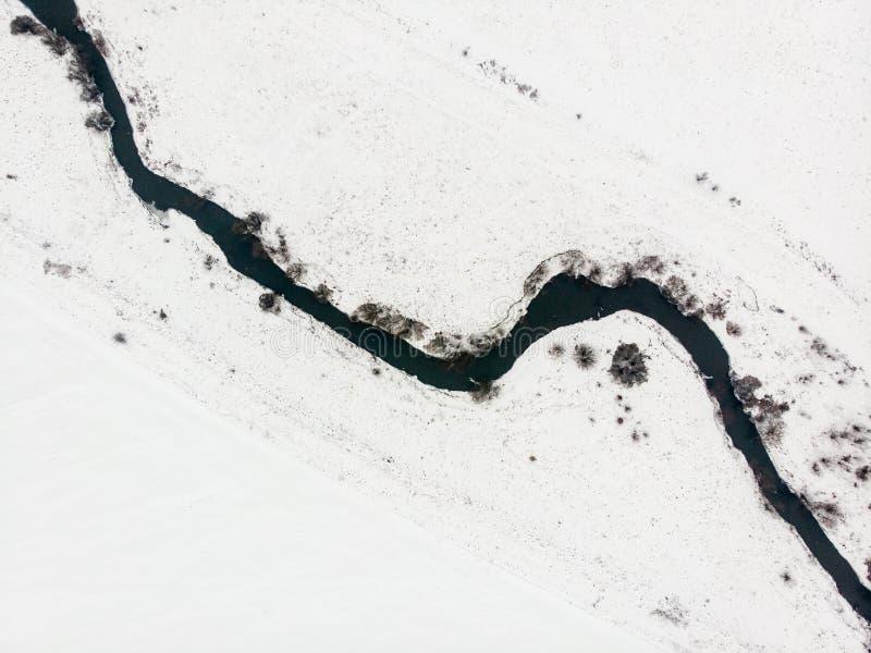 Vista aérea de la cama de río, visión superior Naturaleza en invierno imagen de archivo