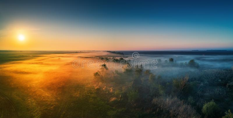 Vista aérea de la carretera con el bosque y de campos en niebla fotos de archivo libres de regalías