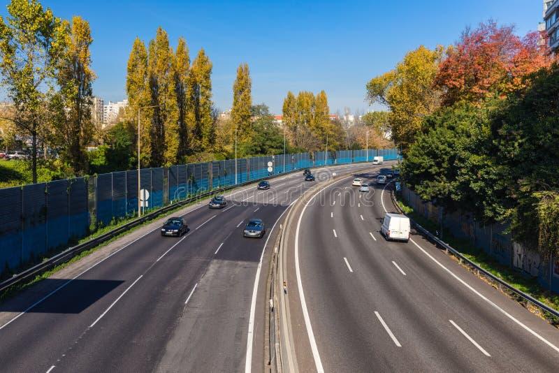 Vista aérea de la carretera con los carriles y los coches múltiples Coches en hig foto de archivo libre de regalías
